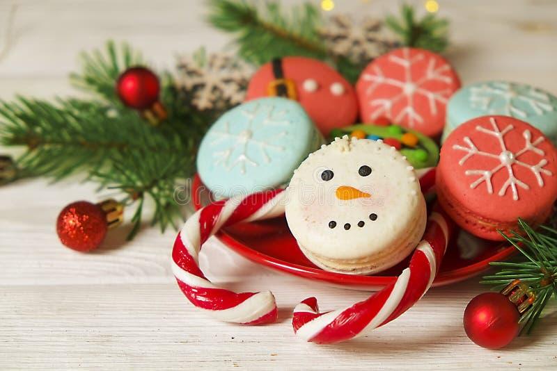 Bonbons français orientés à macarons de Noël traditionnel sous forme de bonhomme de neige, de flocon de neige, d'arbre de Noël et image stock