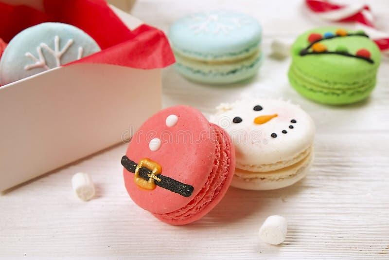 Bonbons français orientés à macarons de Noël traditionnel sous forme de bonhomme de neige, de flocon de neige, d'arbre de Noël et images stock