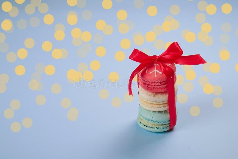 Bonbons français orientés à macarons de Noël traditionnel sous forme de bonhomme de neige, de flocon de neige, d'arbre de Noël et photographie stock