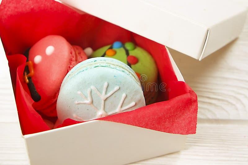 Bonbons français orientés à macarons de Noël traditionnel sous forme de bonhomme de neige, de flocon de neige, d'arbre de Noël et photo libre de droits