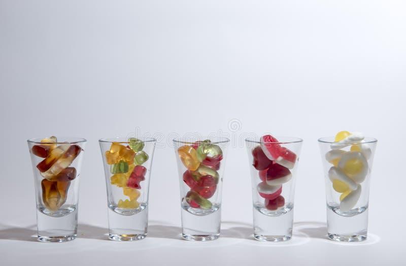 Bonbons gommeux en verres photos stock