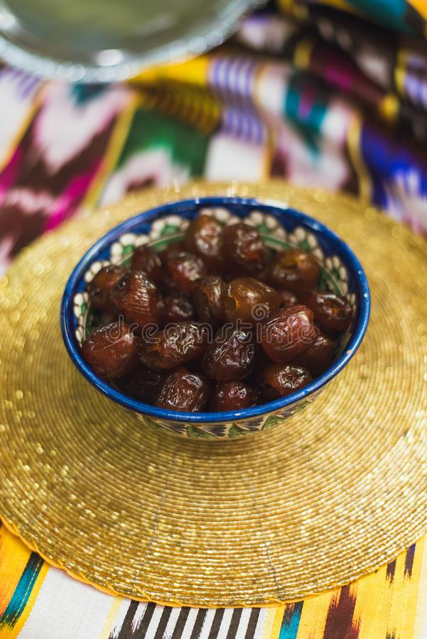Bonbons orientaux dans les plats du Moyen-Orient avec de l'or et sur le tissu tatar image stock