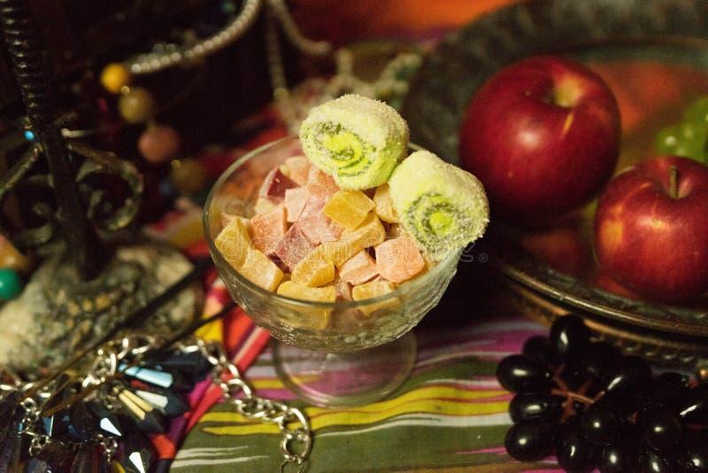 Bonbons orientaux dans un vase photographie stock