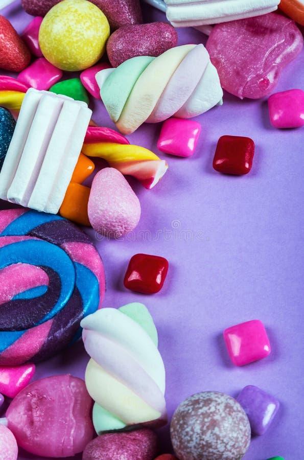 Bonbons sind auf lila Hintergrund, Lutscher, Gummi, candie unterschiedlich stockfotografie