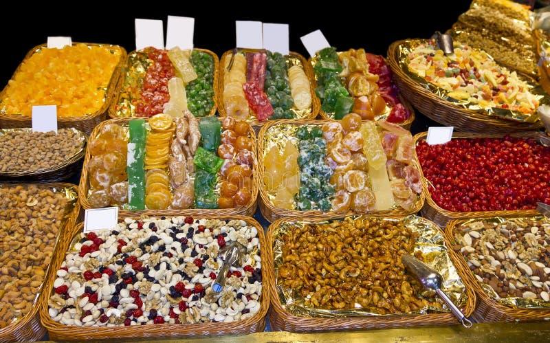 Bonbons, sucreries et fruits secs en La Boqueria image stock