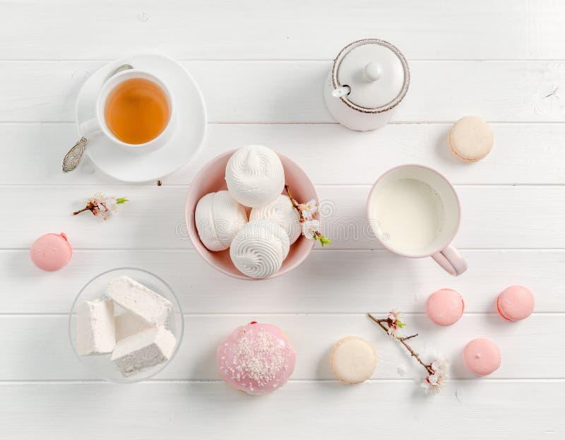 Bonbons, thé et lait en pastel, topview photographie stock