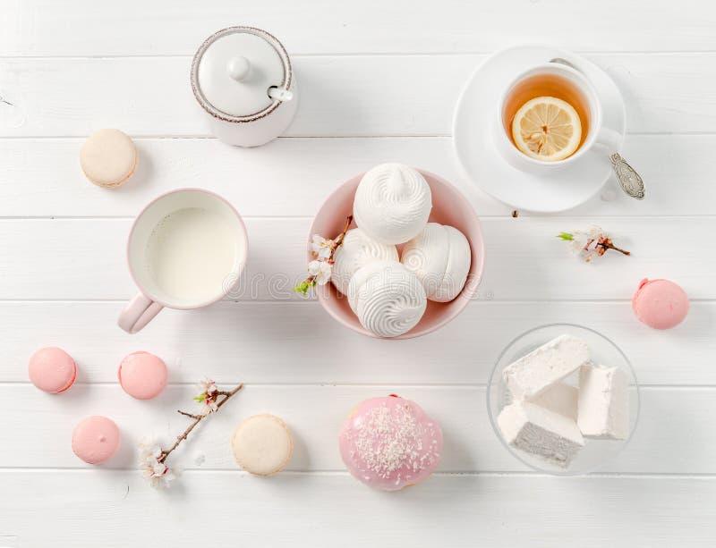 Bonbons, thé et lait en pastel, topview photos stock