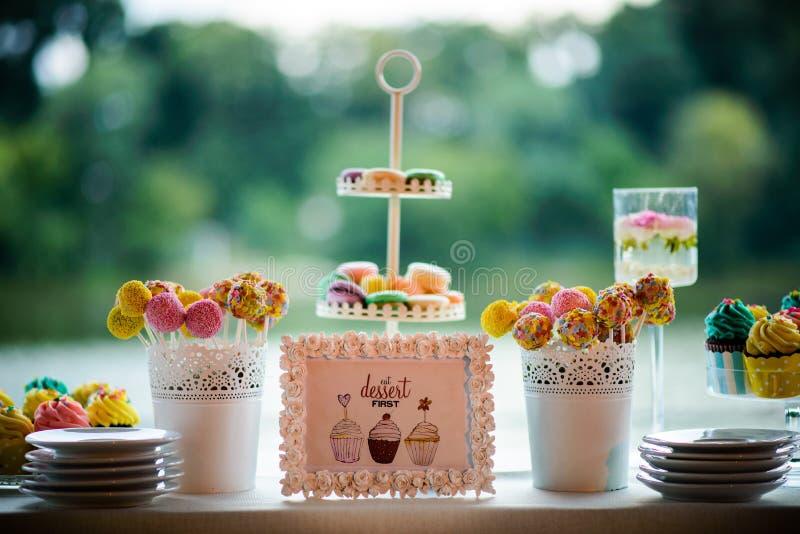 Bonbons und kleine Kuchen lizenzfreie stockfotos