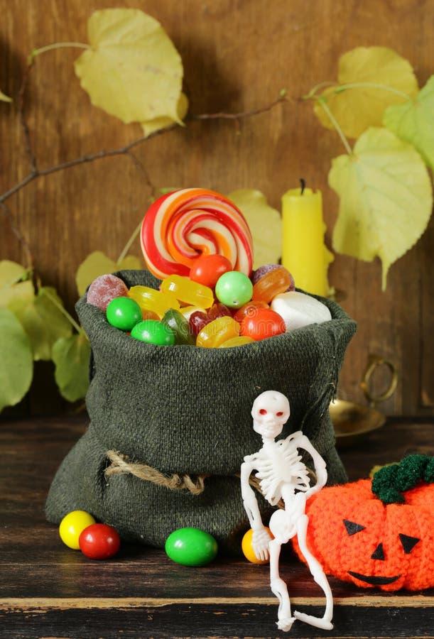 Bonbons und traditionelle Festlichkeit der Süßigkeit auf Halloween stockfoto