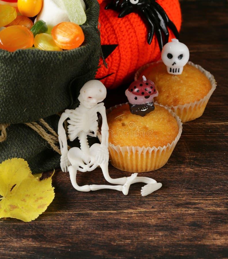 Bonbons und traditionelle Festlichkeit der Süßigkeit auf Halloween stockbilder