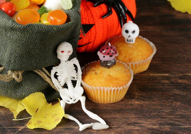 Bonbons und traditionelle Festlichkeit der Süßigkeit auf Halloween lizenzfreie stockfotografie