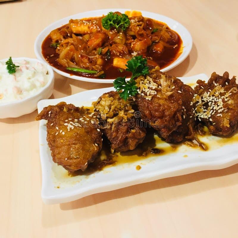 Bonchon油煎了与topokki韩国来源的韩国鸡 免版税库存图片