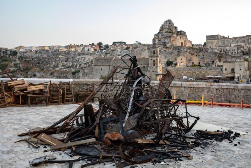 Bond 25, Éléments scénographiques utilisés pour les scènes d'explosion et d'incendie du film 'Pas de temps à mourir' à Sassi, Mat photo libre de droits