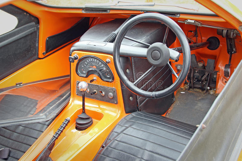 bond-bug-control-cabin-photo-vintage-car