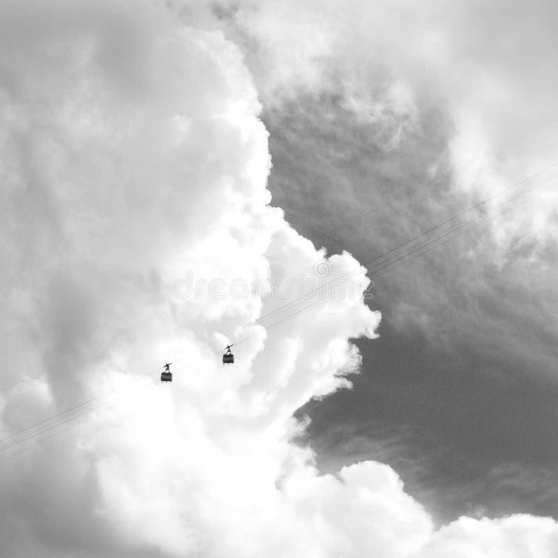 Bonde aéreo com as nuvens excitantes bonitas disparadas em preto e branco fotos de stock