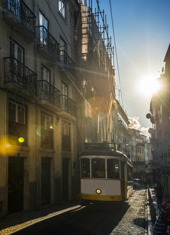 Download Bonde Amarelo Famoso Em Lisboa, Portugal Imagem de Stock Editorial - Imagem de turista, amarelo: 107525754