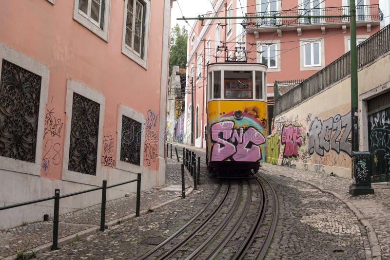 Bonde amarelo na rua pequena de Lisboa Portugal foto de stock
