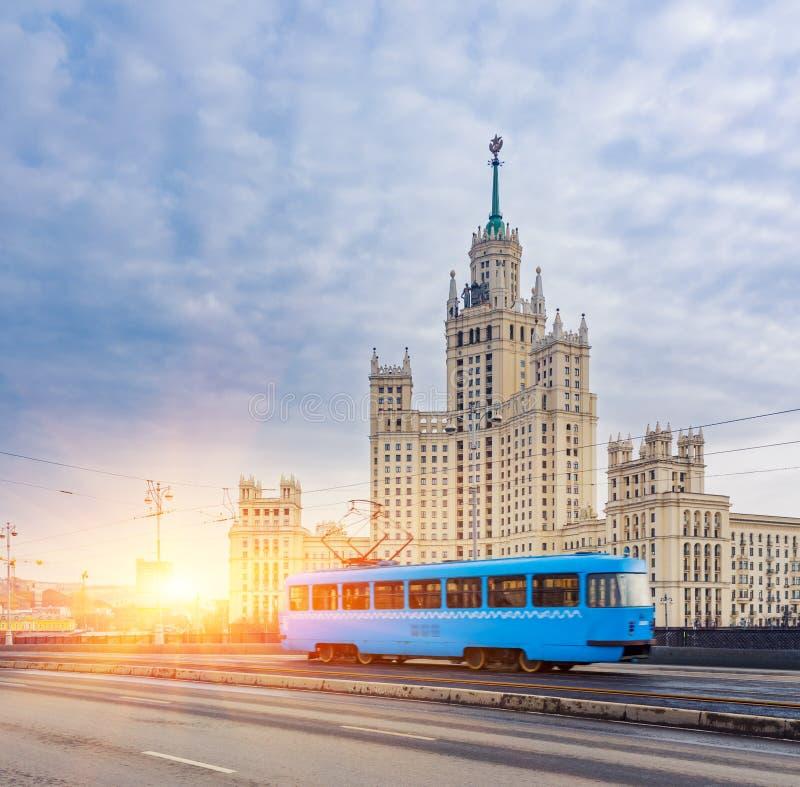 Bonde azul no centro da cidade de Moscou no nascer do sol imagem de stock