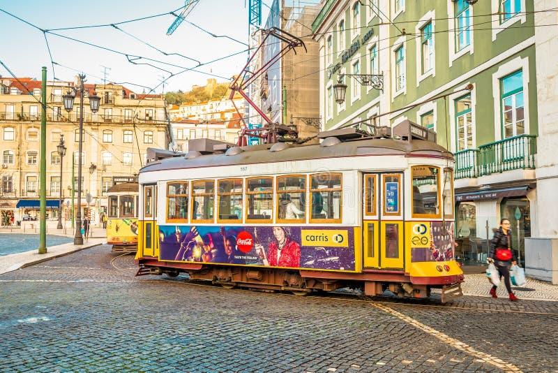 Bonde característico no centro de Lisboa foto de stock