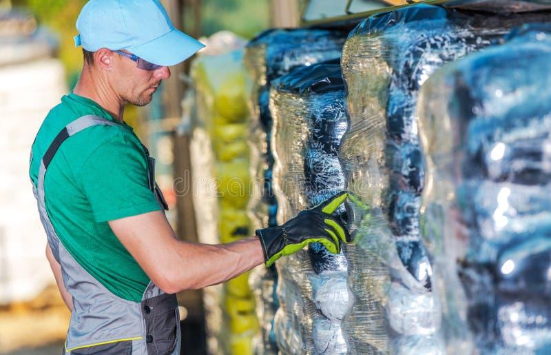 Bonde Choosing Best Fertiliser arkivfoton