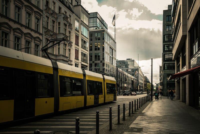 Bonde da cidade de Berlim, trem elétrico na rua em Hackescher Markt em Berlim imagens de stock