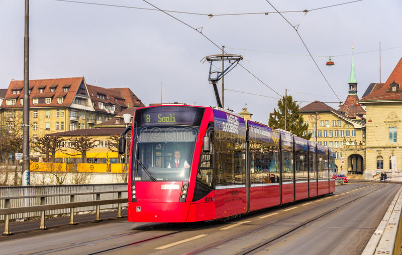Bonde de Siemens Combino em Kirchenfeldbrucke em Berna imagens de stock royalty free