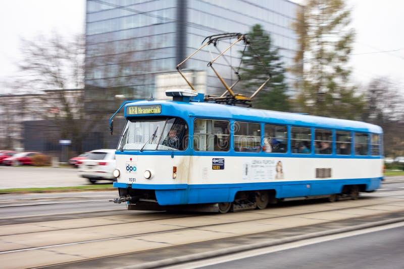 Bonde do CKD Tatra T3G da empresa de DPO que conduz rapidamente em ruas de Ostrava imagens de stock