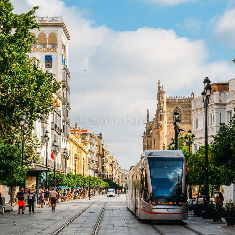 Bonde elétrico em Constitution Avenue com a catedral icónica de Sevilha no fundo fotos de stock royalty free