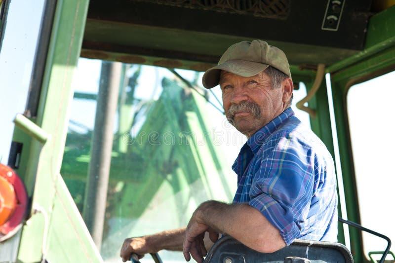 Bonde i hans traktor royaltyfri foto