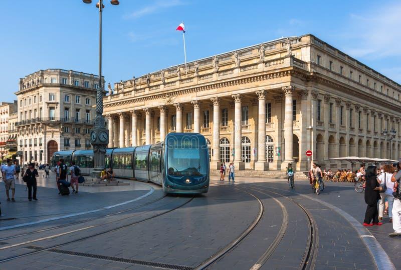 Bonde moderno no lugar de la Comédie no Bordéus foto de stock royalty free