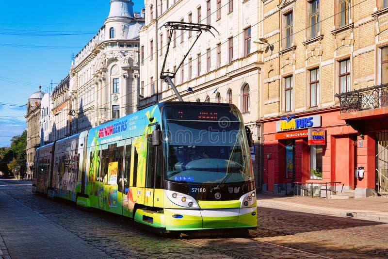 Bonde na rua de Riga Letónia foto de stock royalty free