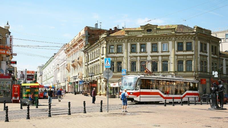 Bonde novo na rua pedestre histórica Bolshaya Pokrovskaya fotos de stock royalty free