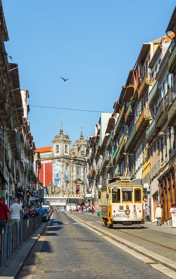 Bonde próximo à igreja de Santo Ildefonso em Porto portugal foto de stock royalty free