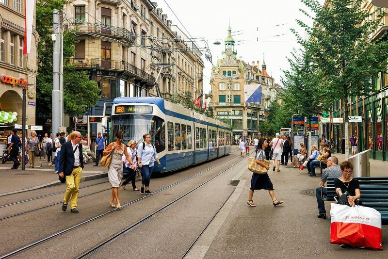 Bonde running na rua de Bahnhofstrasse do centro da cidade de Zurique fotografia de stock royalty free
