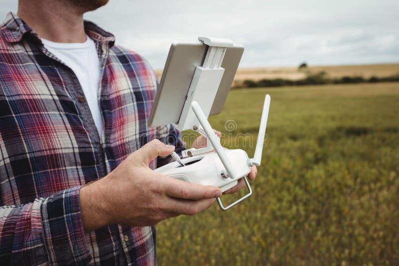 Download Bonde Som Använder Den Jordbruks- Apparaten, Medan Undersöka I Fält Arkivfoto - Bild av hemhjälp, kläder: 78728082