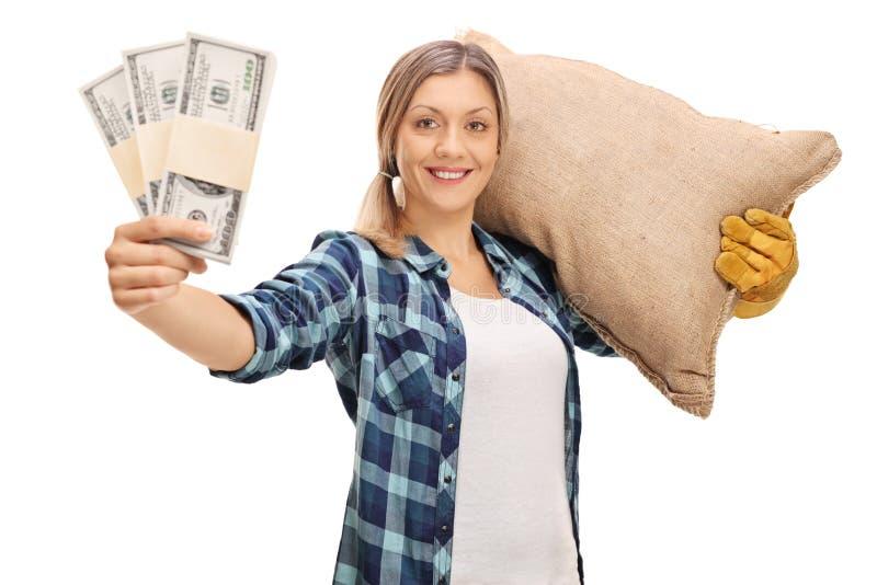 Bonde som bär pengarbuntar för en säck och innehav fotografering för bildbyråer