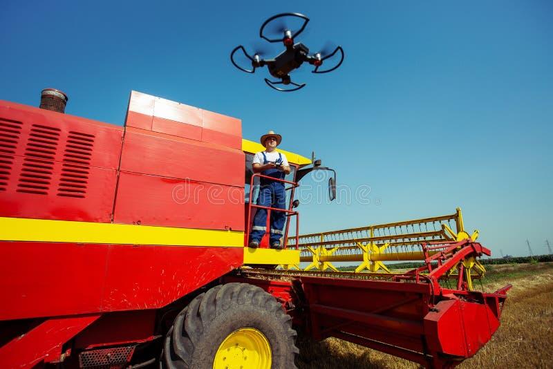 Bonde som navigerar surret ovanf?r jordbruksmark Tekniskt avancerade innovationer f?r ?kande produktivitet i jordbruk royaltyfria foton