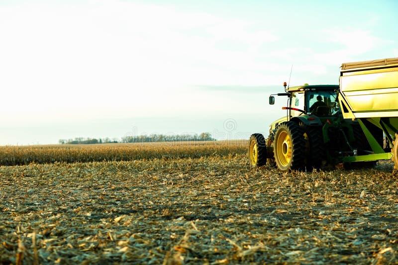 Bonde som väntar i hans traktor och släp fotografering för bildbyråer