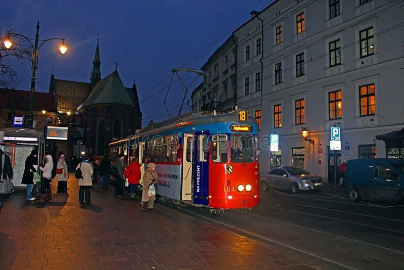 Bonde velho em Krakow na noite, Polônia fotos de stock