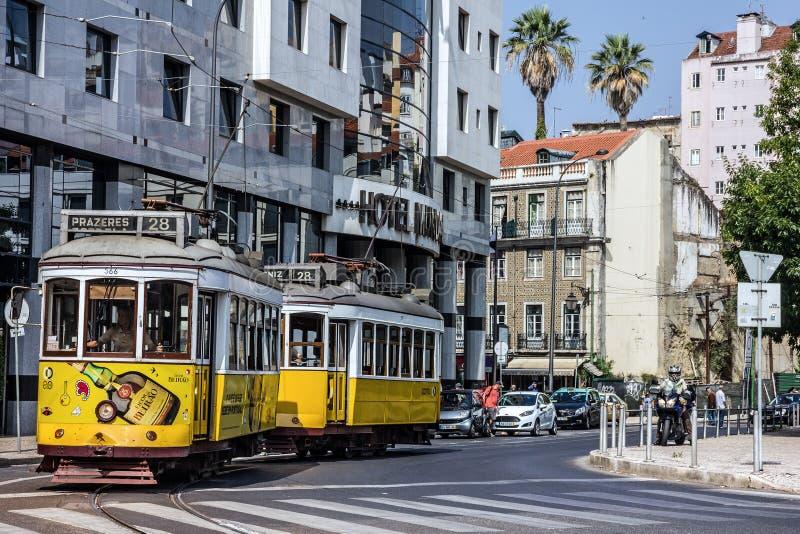 Bonde velho 28 na rua de Lisboa, Portugal imagem de stock royalty free