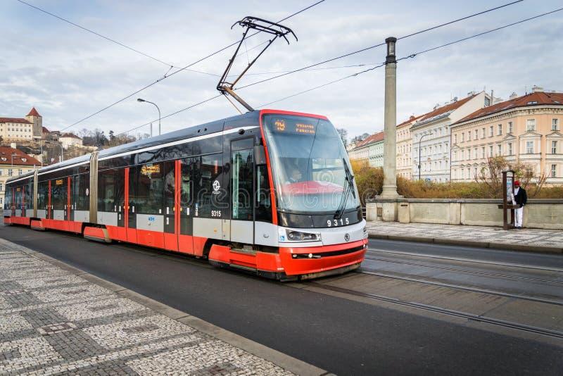 Bonde vermelho no centro da cidade de Praga imagens de stock royalty free