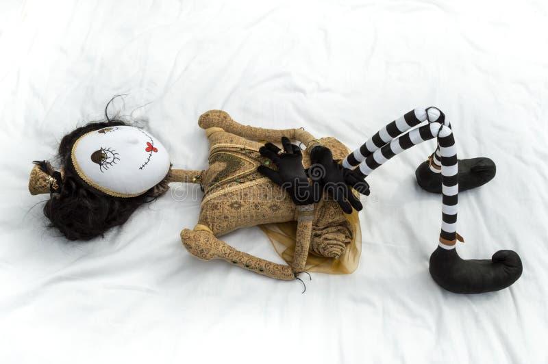 Boneca assustador do steampunk que encontra-se nos joelhos traseiros aumentados foto de stock