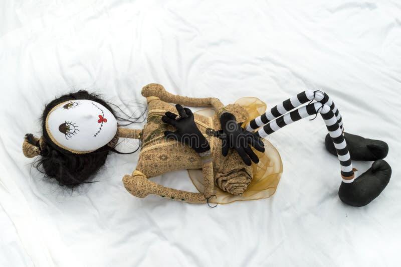 Boneca assustador do steampunk que encontra-se nos joelhos traseiros aumentados fotos de stock royalty free