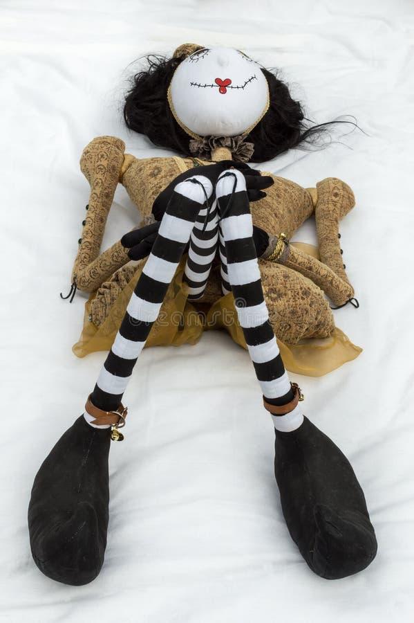 Boneca assustador do steampunk que encontra-se nos joelhos traseiros aumentados vertical imagem de stock royalty free