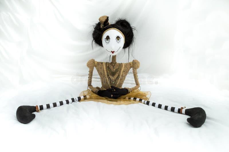 Boneca assustador do steampunk que senta-se com o separado largo dos pés imagem de stock royalty free