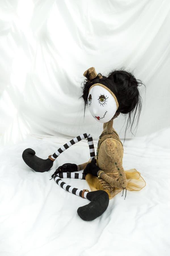 Boneca assustador do steampunk que senta-se com os pés dobrados vertical fotografia de stock royalty free