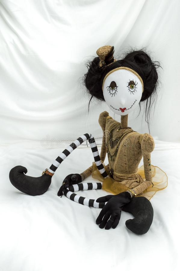 Boneca assustador do steampunk que senta-se com os pés dobrados vertical fotografia de stock
