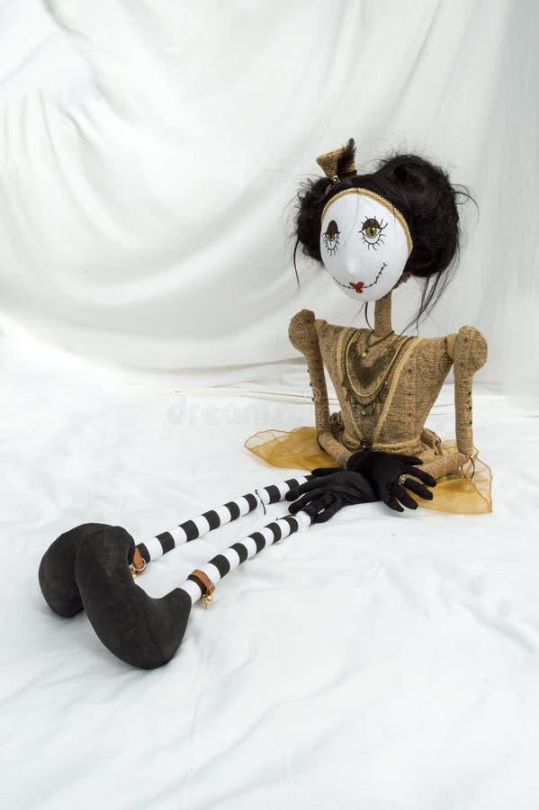 Boneca assustador do steampunk que senta-se com os pés estendido vertical imagens de stock