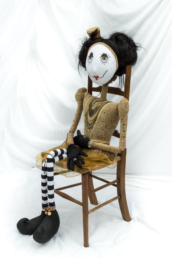 Boneca assustador do steampunk que senta-se na cadeira de madeira vertical imagens de stock