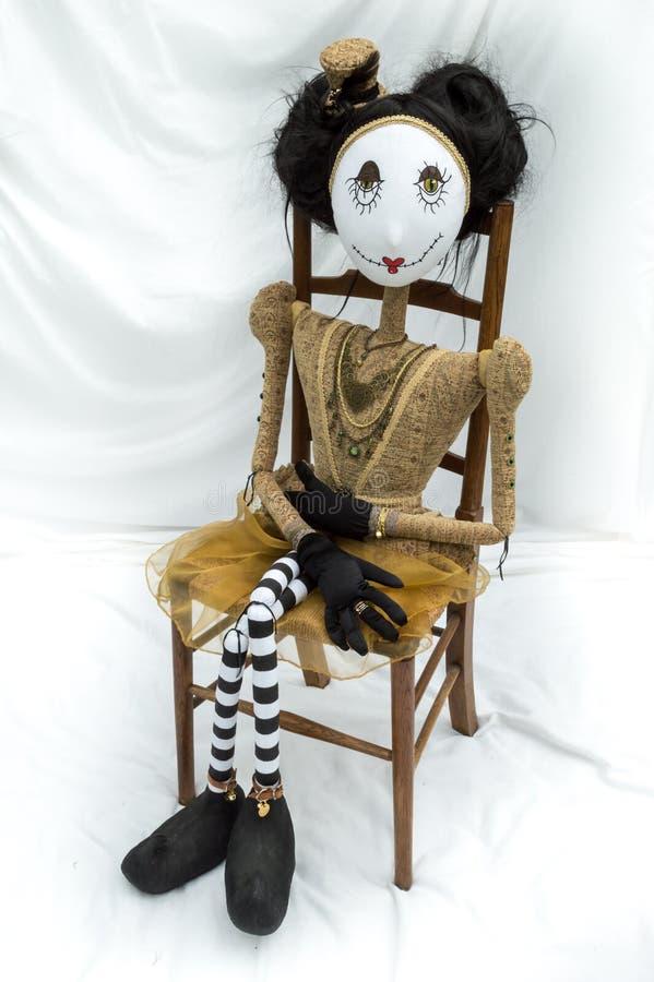 Boneca assustador do steampunk que senta-se na cadeira de madeira vertical foto de stock royalty free